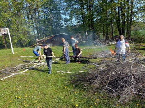 Příprava dříví na oheň